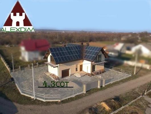 Продам будинок з сонячними панелями.