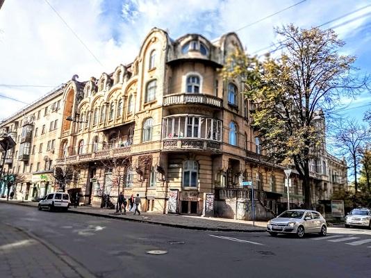 Продаж 3 кімнатної квартири. Центр. Мазепи 36. Австрійська епоха.